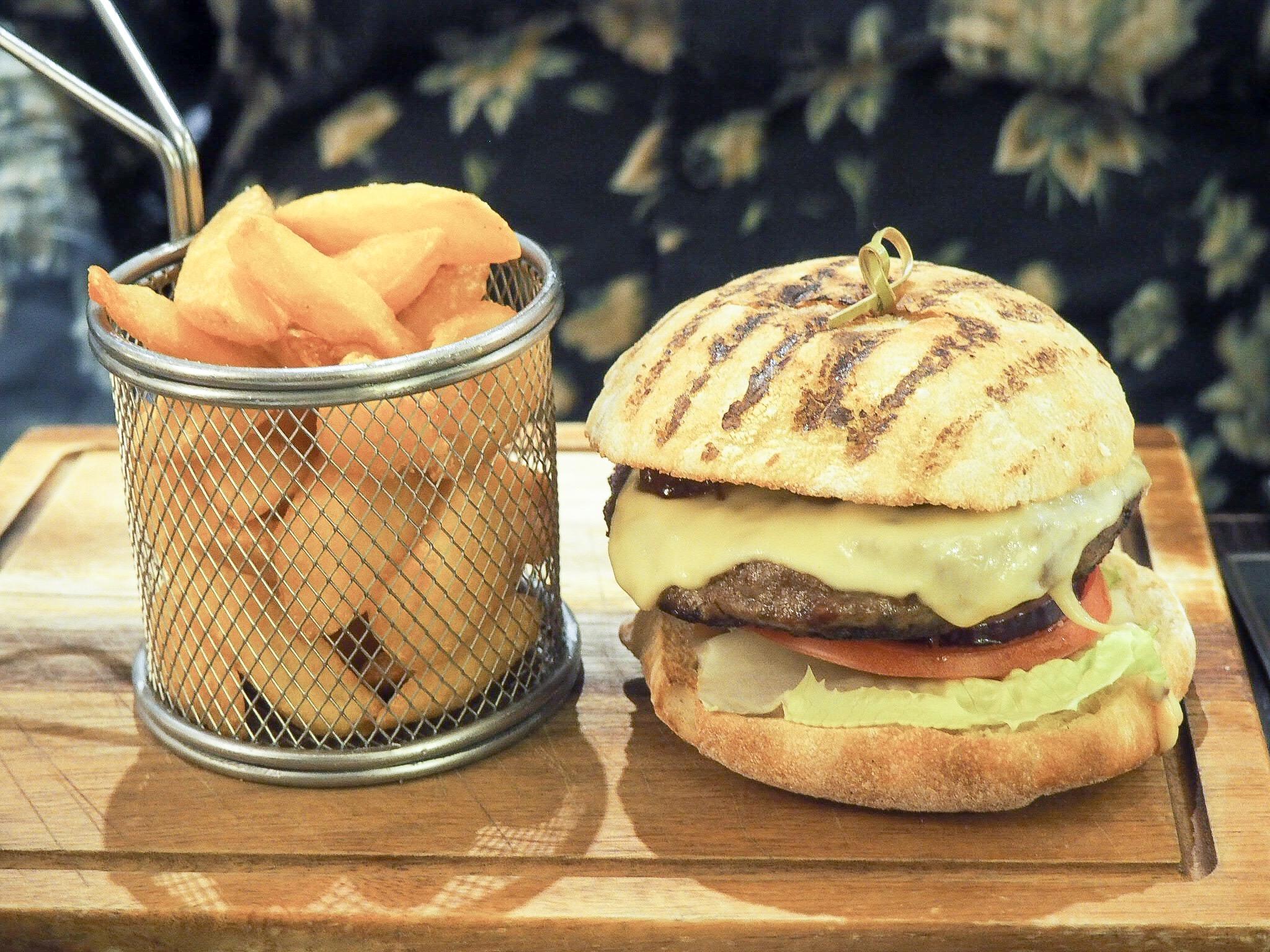 Crowne Plaza Resort Colchester steak burger